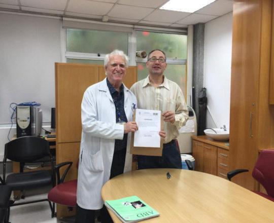 O Prof. Dr. Luiz Jorge Fagundes, Coordenador Científico do CEADS, faz a entrega do Certificado de Palestrante ao Prof. Theo Lerner