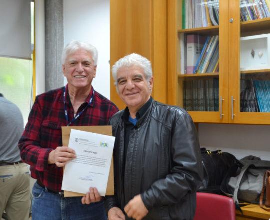 """O Prof. Dr. Fagundes, entrega o Certificado ao Artista Plástico Franco de Rosa, pela sua participação na Palestra sobre """"Negociação e Persuasão"""""""
