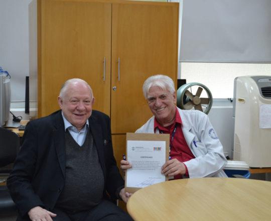 O Prof. Dr. Fagundes entrega o Certificado de Palestrante ao Prof. Dr. Sidnei Martini.