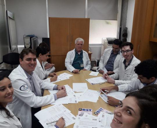 O Prof. Dr. Fagundes e os Estagiários de DST de novembro de 2018, durante a realização das Provas IniciaisTeórica e Prática, com assuntos alusivos às DST