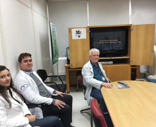O Prof Dr. Fagundes e os Estagiários de  DST de novembro de 2018, durante a Palestra sobre Hanseníase