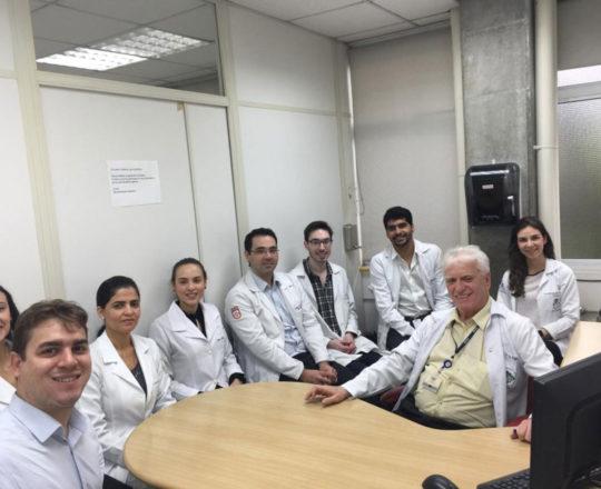 O Prof. Dr. Fagundes e os Estagiários de DST de novembro de 2018, durante a Palestra sobre DST