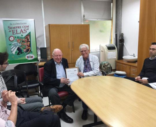 O Prof. Dr. Fagundes faz a entrega do Certificado de Palestrante ao Prof. Dr. Sidnei Martini