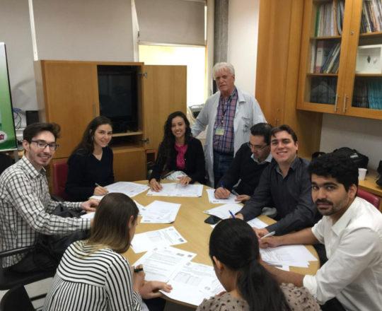 O Prof. Dr. Fagundes e os Estagiários de DST de novembro de 2018, durante a realização das provas finais