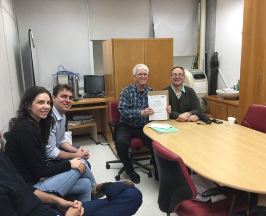 O Prof. Dr. Fagundes entrega o Certificado de Palestrante ao Pro. Theo Lerner