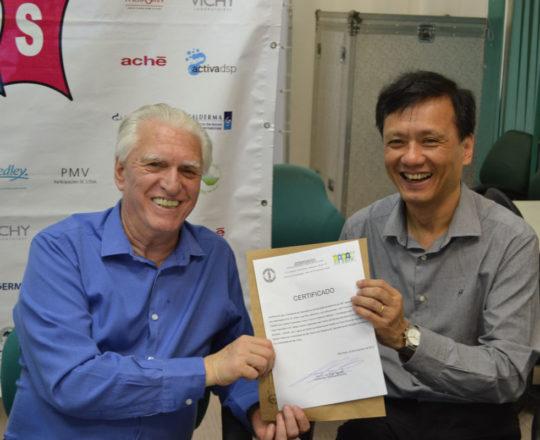 O Prof. Dr. Chao Lung Wen, recebe das mãos do Prof. Dr. Luiz Jorge Fagundes o Certificado de Patrocinador exclusivo do 82 Fórum de Debates.