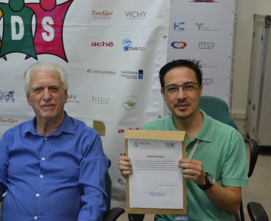 O Sr. Adriano Takiuti, Coordenador Técnico da Telemedicina homenageado pelo CEADS.