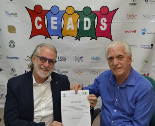 O Prof. Dr. Sergio Talarico recebe das mãos do Prof. Dr. Fagundes o Certificado de Coordenador do Fórum de Debates.