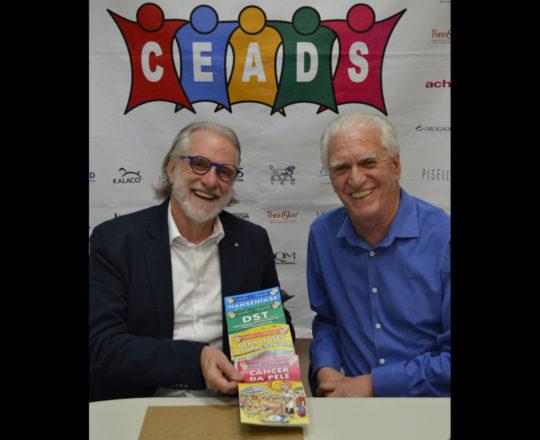 O Prof.Dr. Sergio Talarico exibe as Histórias em Quadrinhos que relatam a atuação da Dermatologia Sanitária, elaboradas pelo CEADS.
