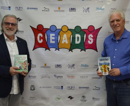 """O Prof. Dr. Sergio Talarico exibe o Livro """"Sempre com Elas"""" de autoria do Prof. Dr. Fagundes que exibe o Livro sobre Gestão: """"Ninguém Realiza o que Desconhece"""", de autoria dos Colaboradores de Gestão do CEADS"""