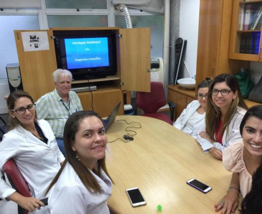 """O Prof.Dr. Fagundes e às Estagiarias de DST de janeiro de 2019, durante a Palestra sobre """"Abordagem Sindrômica""""."""