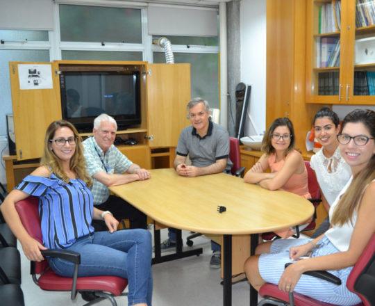 """O Prof. Lucas Blanco, o Prof. Dr. Luiz Jorge Fagundes, Coordenador Científico do CEADS e as Estagiárias de DST de janeiro de 2019, durante a Palestra sobre """"Negociação e Persuasão""""."""