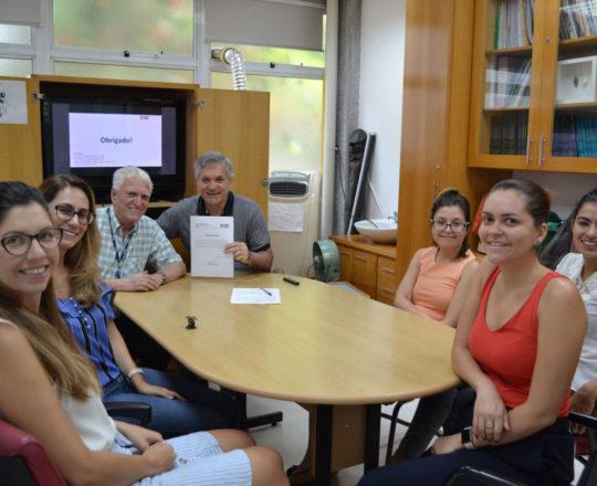 O Prof. Dr. Fagundes, entrega o Certificado de Palestrante ao Prof. Lucas Blanco.