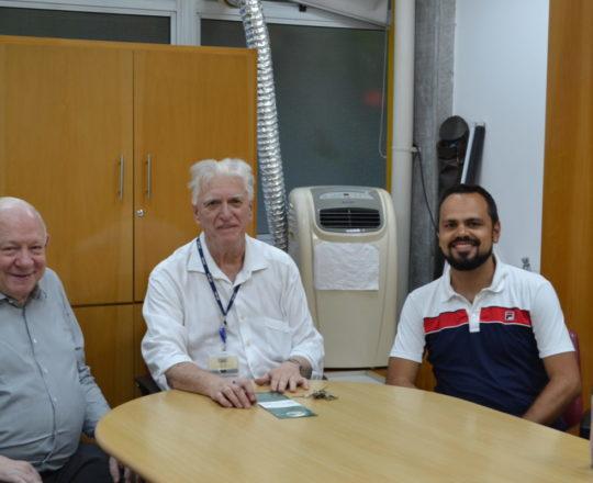 """O Prof. Dr. Sidnei Martini, o Prof. Dr. Luiz Jorge Fagundes e o Pianista Luciano Ruas, durante a Palestra sobre """"Gestão""""."""