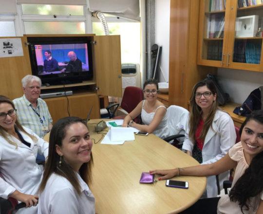 """O Prof. Dr. Fagundes e às Estagiarias de DST de janeiro de 2019, durante a Palestra sobre """"Gestão"""""""