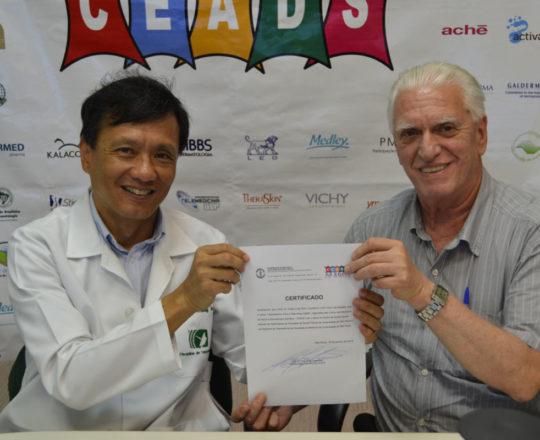 O Prof. Dr. Fagundes faz a entrega do Certificado de Coordenador do 83 Fórum de Debates do CAEDS.
