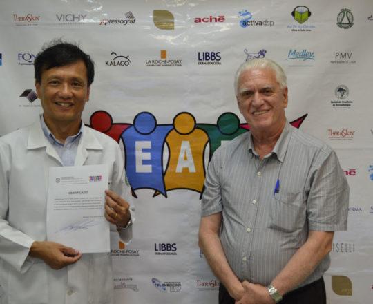O Prof, Dr. Chao Lung Wen expõem seu Certificado entregue pelo Prof. Dr. Fagundes.
