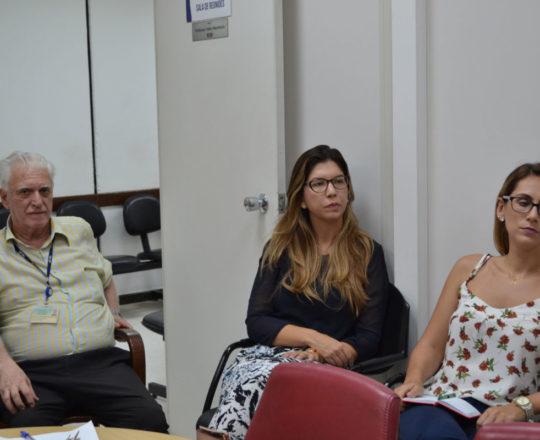 O Prof. Dr. Fagundes e as Estagiárias de janeiro de 2019, durante a Palestra sobre DST.