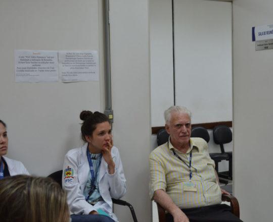 O Prof. Dr. Fagundes e as Estagiárias de DST de janeiro de 2019, durante a apresentação do vídeo sobre Gestão