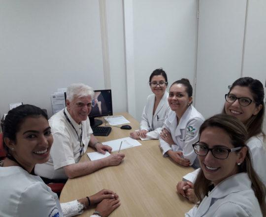 O Prof. Dr. Luiz Jorge Fagundes e as Estagiárias de DST, durante a Palestra sobre o Homem Virtual