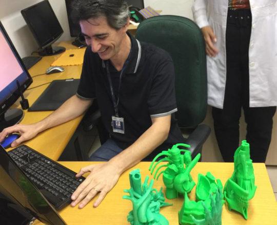 O Prof. Gustavo Zagatto juntos as peças anatômicas do Projeto do Homem Virtual