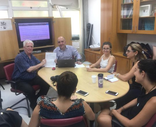 O Prof. Dr. Fagundes, entrega o Certificado de Palestrante ao Prof. Gustavo Castelo Branco
