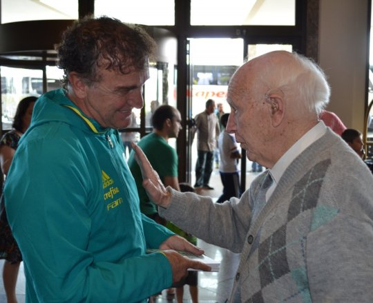 O Técnico Cuca, numa conversa amigável com o Sr. Juca Fagundes, Voluntário do CEADS.