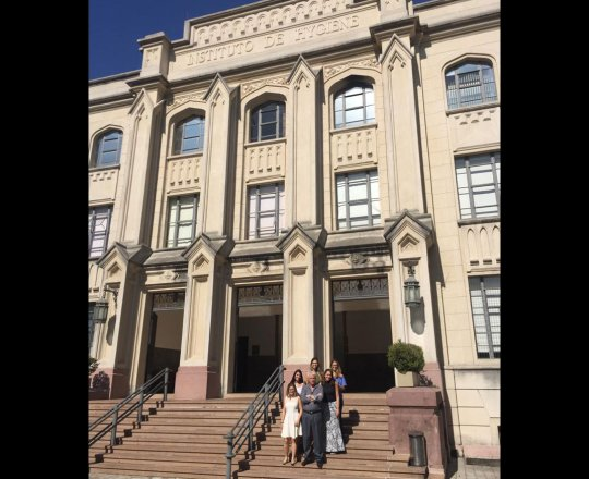 O Prof.Dr. Fagundes e as Estagiarias de DST de janeiro de 2019, na Entrada Principal da Faculdade de Saúde Publica da USP, no encerramento do Estágio