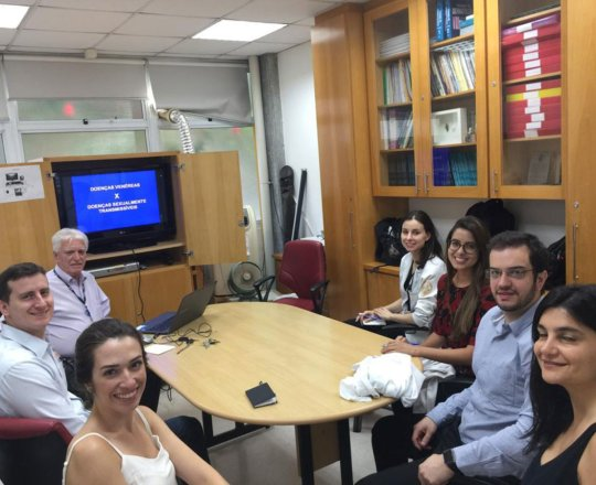 O Prof. Dr. Fagundes e os Estagiários de DST, durante a Palestra sobre DST