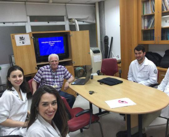 O Prof. Dr. Fagundes e os Estagiários de DST de fevereiro de 2019, durante a Palestra sobre HPV
