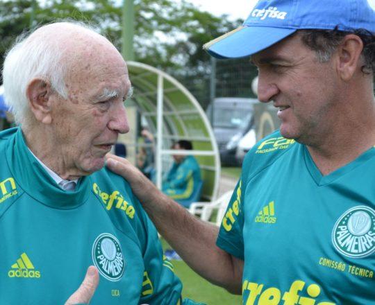 O CUCA, Técnico do Palmeiras, e o Sr. Juca Fagundes, Colaborador das notícias do CEADS, vestindo a camisa da Sociedade Esportiva palmeiras oferecida pelo sempre gentil CUCA.