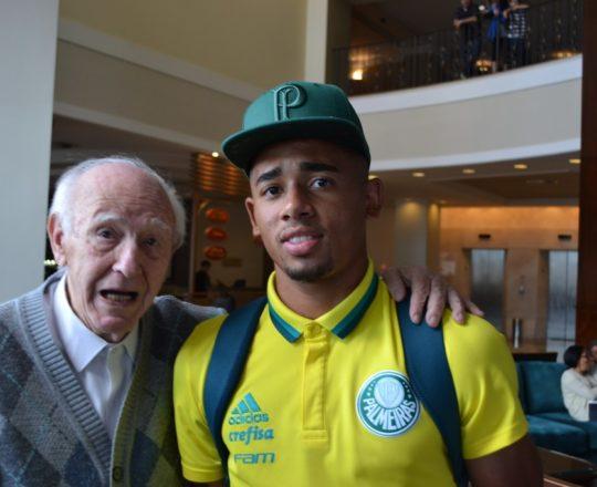 O Sr. Juca Fagundes, Colaborador do CEADS, no momento do convite para ser Voluntário do CEADS, feito ao Jogador do Palmeiras e Campeão Olímpico pela Seleção Brasileira Gabriel Jesus.