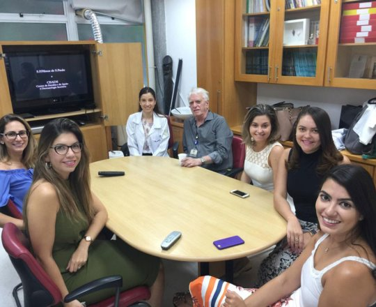 O Prof. Dr. Fagundes. S Dra. Nathalia Targa e às Estagiarias de DST, durante a apresentação do vídeo sobre o Prof Dr. Sampaio