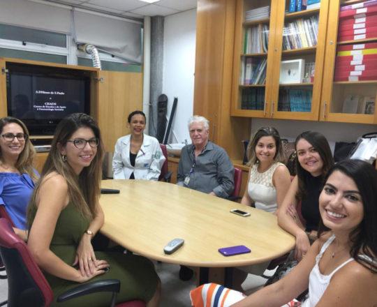 A Biomedica Fatima Morais, o Prof.Dr. Fagundes e às Estagiarias de DST de janeiro de 2019, durante a apresentação do vídeo sobre o Prof. Dr. Sampaio