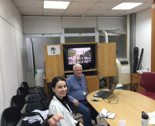 """O Prof. Dr. Fagundes e os Estagiários de DST, durante a apresentação da Palestra sobre """"Sífilis Congenita"""""""