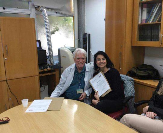 O Prof. Dr. Fagundes faz a entrega do Certificado de Palestrante a Profa. Joyce Brittos