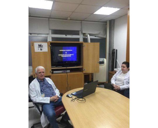 O Prof.Dr.Fagundes, durante a Palestra sobre DST