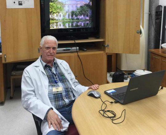 O Prof. Dr. Fagundes durante apresentação da Palestra sobre DST