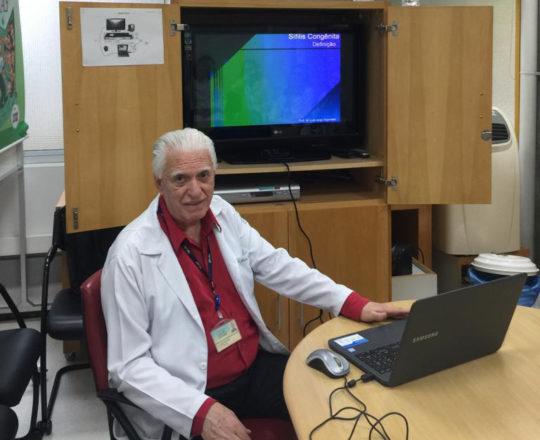 O Prof. Dr. Fagundes, durante a Palestra sobre Sifilis Congenita