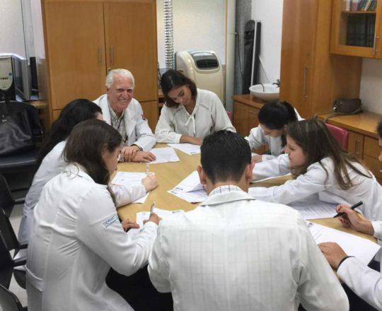 O Prof.Dr. Fagundes, durante a realização da s Provas iniciais de DST