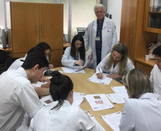 O Prof. Dr. Fagundes durante a realização das provas finais de DST