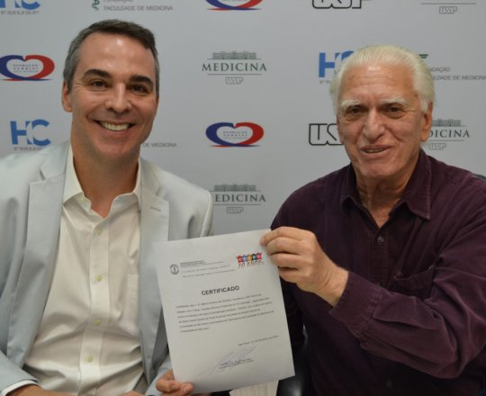 O Prof. Marco Antonio de Oliveira recebe seu Certificado de Palestrante e Coordenador do 95 Fórum de Debates do CEADS.