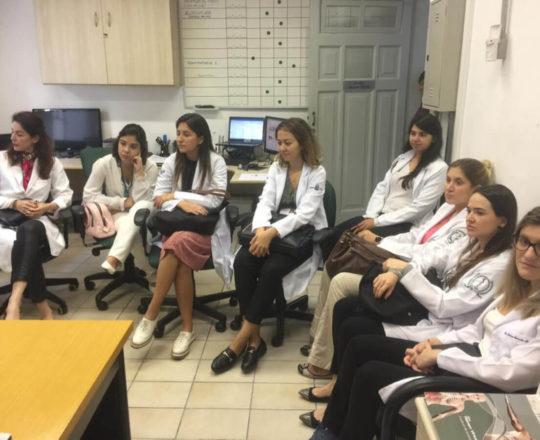 Os Estagiários de DST de março de 2020 e a Dra. Fabiane Bergosse na sala de Telemedicina da USP.
