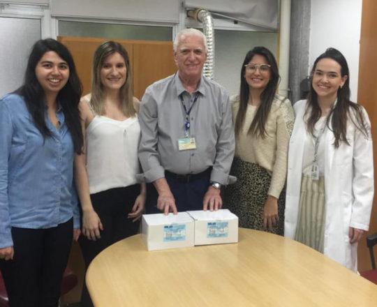 O Prof. Dr. Luiz Jorge Fagundes, durante a entrega dos Kits de Chlamydia trachomatis, cuja compra foi realizada a verba das matrículas do Estágio de DST
