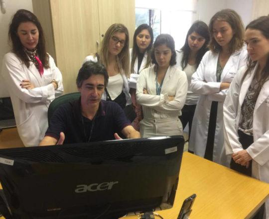 O Prof. Gustavo Zagatto e os Estagiários de DST no Laboratório do Projeto do Homem Virtual