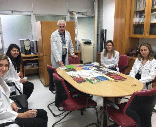 O Prof. Dr. Fagundes e os Estagiários de DST, durante a Exposição dos Livros