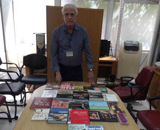 O Prof. Dr. Fagundes durante a Exposição dos Livros