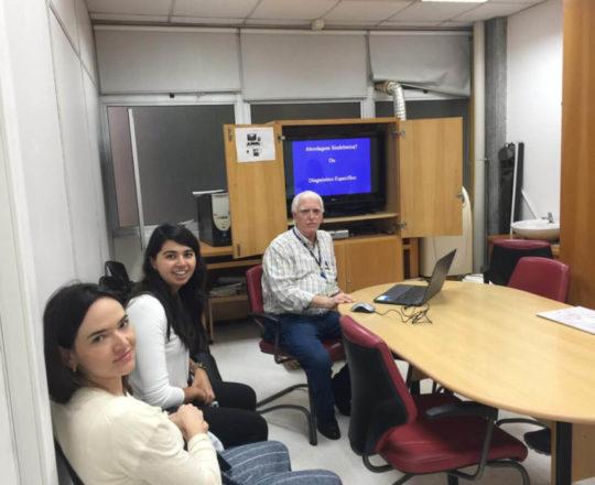 O Prof. Dr. Fagundes e as Estagiarias de março de 2020, durante a Palestra sobre DST.