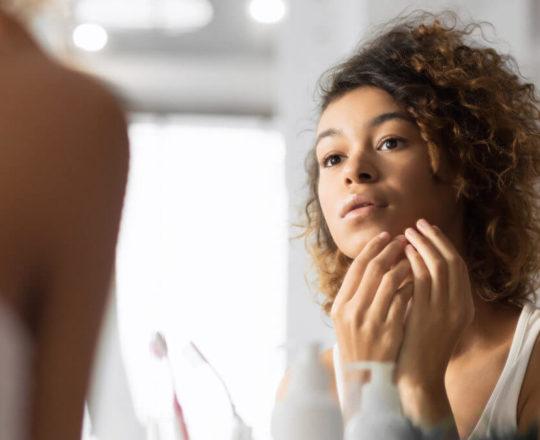 """""""Mascne"""": as máscaras de proteção causaram acne? Saiba como cuidar"""