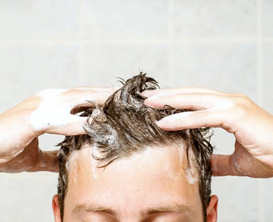 Ficar sem lavar o cabelo por dias faz mal?